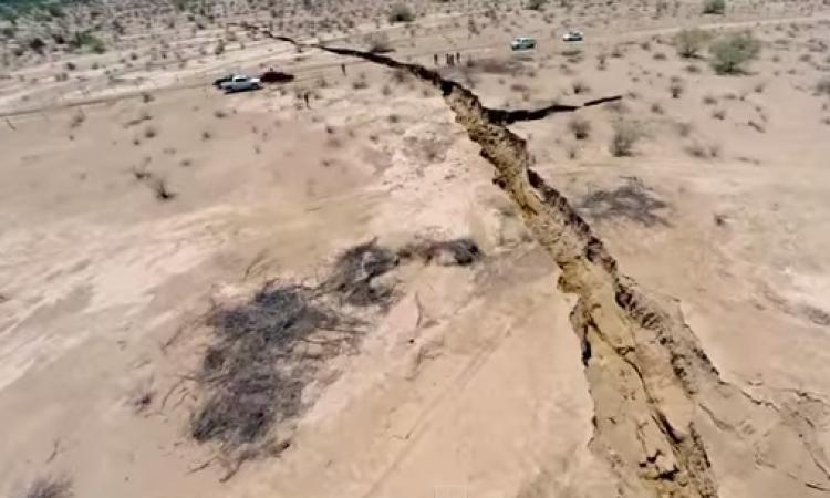 بالفيديو .. صدع هائل يشق الأرض شمال المكسيك بعمق 8 أمتار