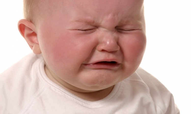 الصراخ .. أول علامة تؤكد قدرة طفلك على النطق