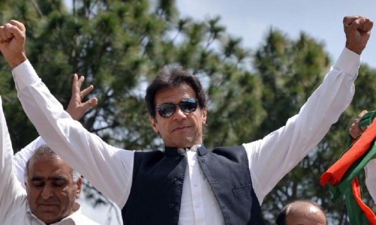 أشتباكات في باكستان بعد أطلاق النار على زعيم المعارضة عمران خان