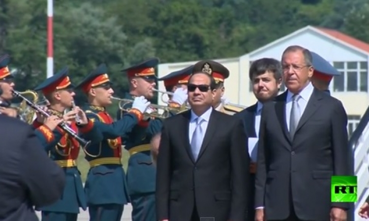 بالفيديو .. مراسم استقبال الرئيس السيسي لدي وصوله روسيا