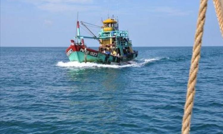 السلطات التونسية تحتجز مركب صيد مصري وعلى متنه 16 صيادا