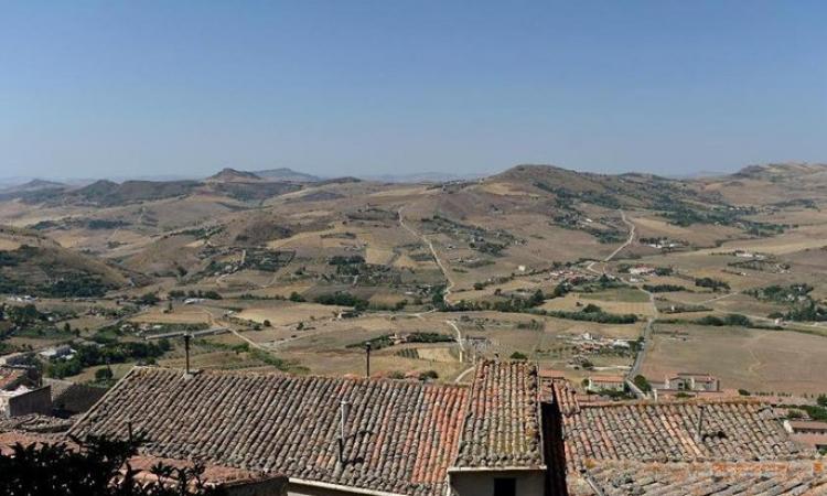 صدق أو لا تصدق .. للبيع في ايطاليا .. منزل بيورو واحد !!