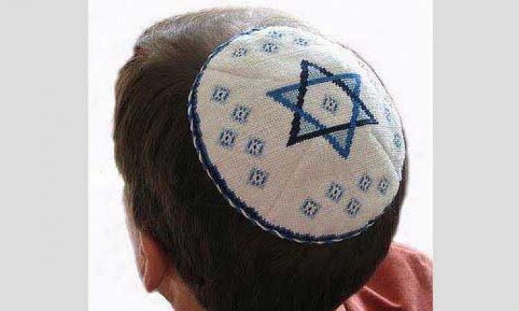لماذا يلبس اليهود قبعة صغيرة ؟؟