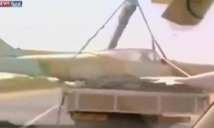 بالفيديو.. ليبي يستولي على طائرة حربية تابعة لـ«حفتر» ويأخذها لبيته