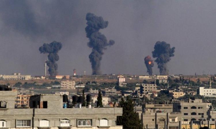 غارات إسرائيلية على غزة تقتل اثنين وتصيب 20