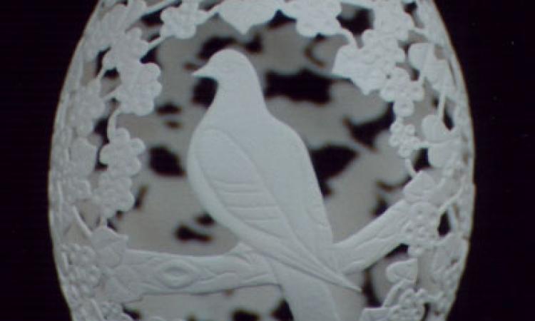 بالفيديو وبالصور .. فنان صيني يظهر مهارته في النحت على البيض
