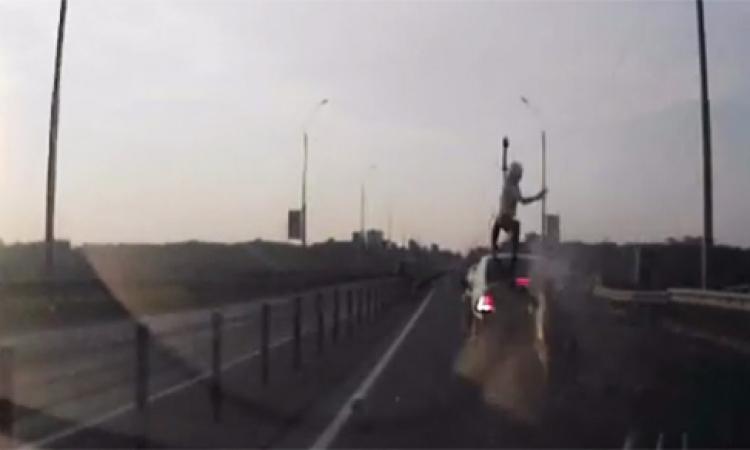 بالفيديو.. سائق دراجة نارية يصطدم بسيارة ويهبط على سقفها