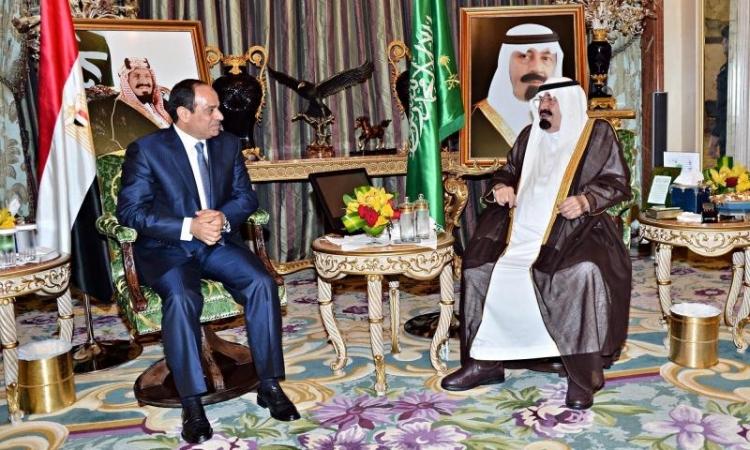 الملك عبد الله يستقبل الرئيس السيسي ويقلده قلادة الملك عبد العزيز