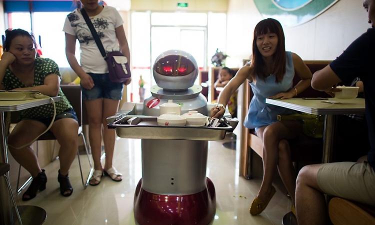 بالصور.. روبوتات تدير مطعما بالكامل في مدينة صينية