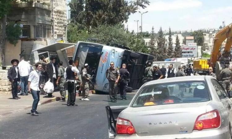 بالفيديو والصور .. فلسطيني يهاجم حافلة إسرائيلية بجرافة بالقدس