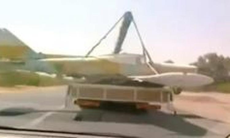 بالفيديو.. ليبي يعود لمنزله بطائرة عسكرية على ظهر شاحنته
