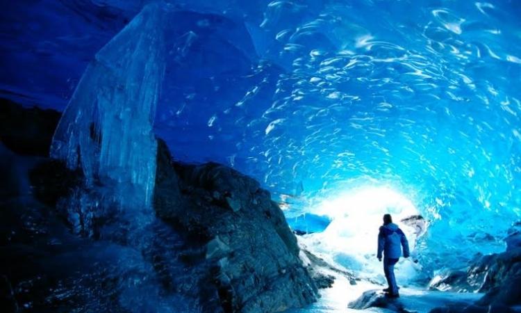ملف مصور .. كهوف من الجليد بين الجمال وخطر المغامرة