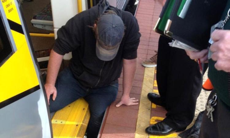 بالفيديو: «الاتحاد قوة».. ركاب يحركون قطارًا لإنقاذ رجل