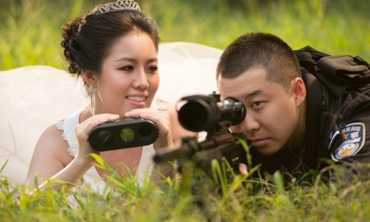 بالصور.. فتاة تلتقط صور زفافها مع زوجها الضابط أثناء عمله