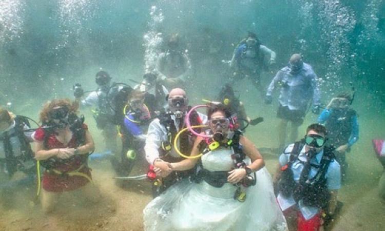 """شاهد بالصور"""" زفاف"""" في أعماق المحيط الأطلنطي"""