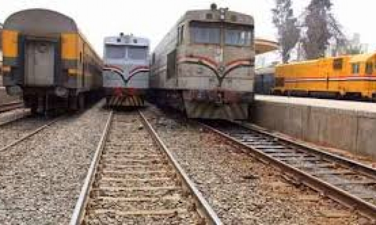 مجهولون يشعلون إطارات السيارات على قضبان السكة الحديد بالمنيا