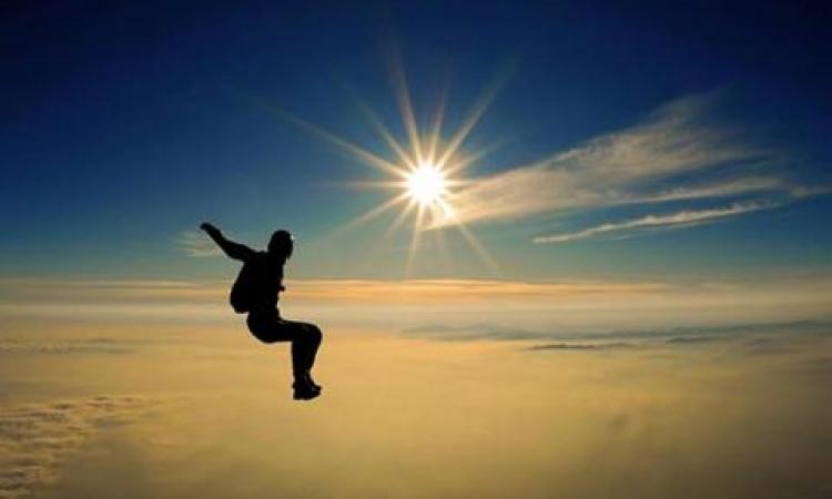 بالفيديو .. مغامرة تجلس على جناح طائرة وتقفز اثناء طيرانها