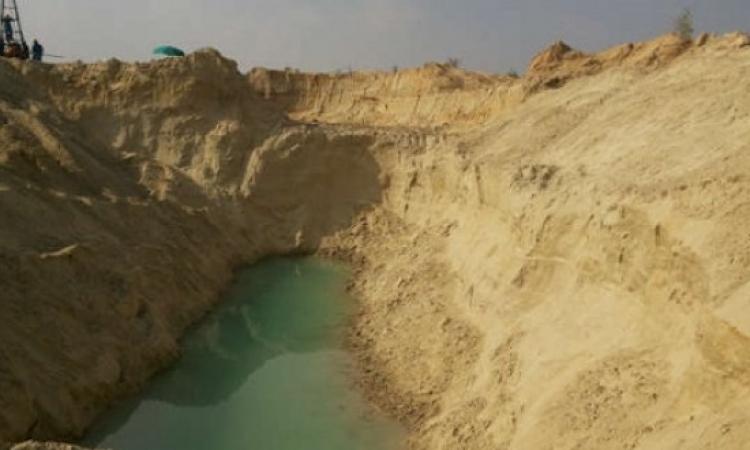 العمال يحتفلون بأول ظهور للمياه فى قناة السويس الجديدة