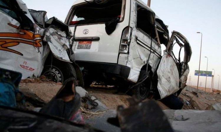 مصرع وإصابة 12 شخصا إثر انقلاب سيارة ميكروباص بطريق السخنة
