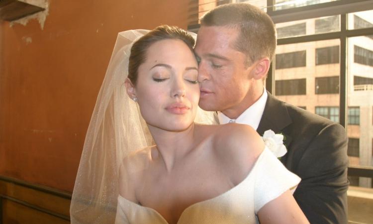 بالصور.. أنجلينا جولي وبراد بيت يتبرعان بعائدات صور زفافهما
