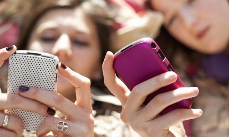 دراسة: النساء مدمنات إرسال رسائل نصية