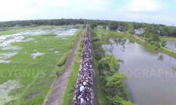 بالفيديو: شاهد رحلة الموت على سطح قطار في بنجلادش