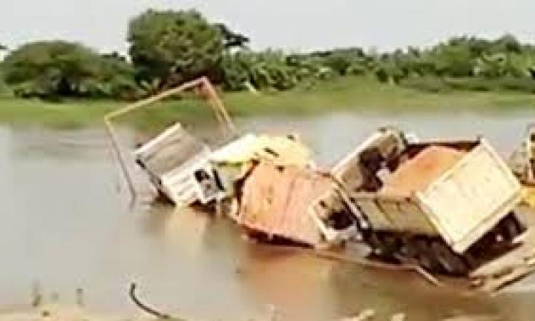 بالفيديو .. شاحنة تسقط في النهر أثناء عبورها جسر خشبي