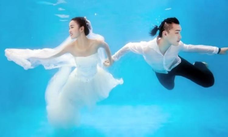 بالفيديو .. تصوير العرائس تحت الماء في الصين