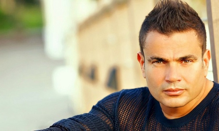 """بالفيديو.. بعد قمرين وعودنى .. عمرو دياب يغنى """" للأميبا """" !!"""