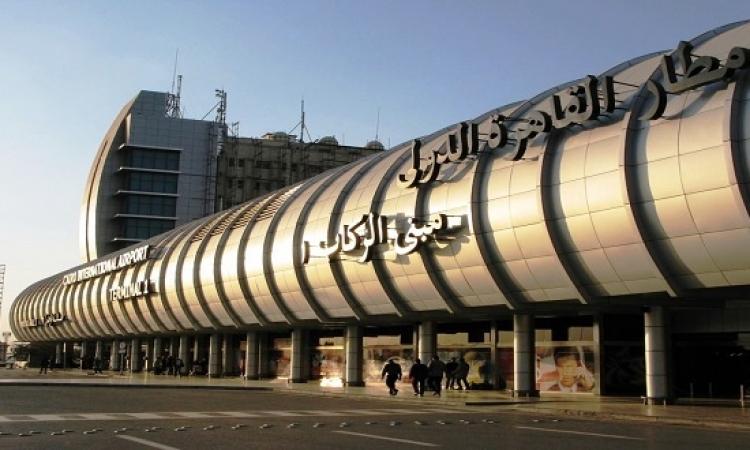 """طوارئ بمطار القاهرة بسبب راكب """"بيهرز"""" بزجاجة """"نبيذ"""""""