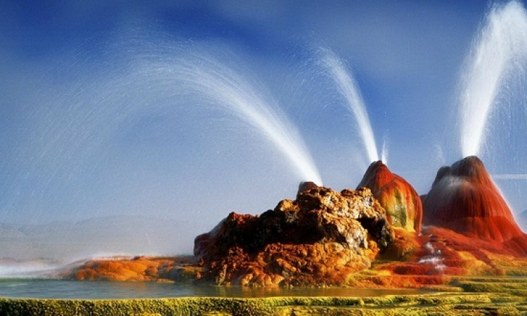 بالصور .. مياه دافئة تنطلق لاعلى من نبع ساحر في قلب صحراء نيفادا