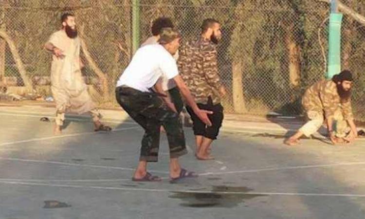 """بالفيديو .. شاهد """" منتخب داعش """" للكرة وقواعد جديدة للعبة !!"""