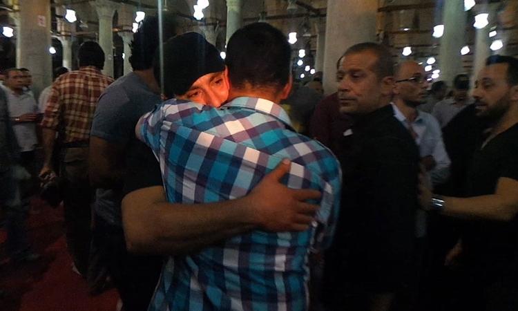 بالفيديووالصور..انهيار الفنانين أثناء تشييع خالد صالح إلى مثواه الأخير