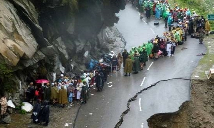انهيارات أرضية تفاقم أزمة الفيضانات في كشمير الهندية