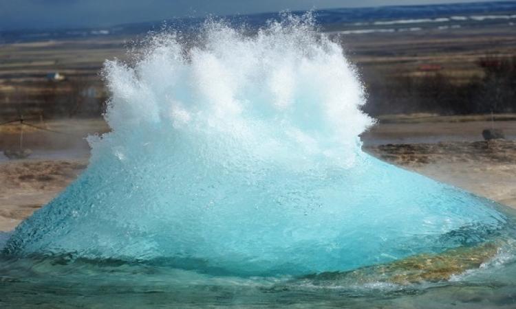 بالفيديو و الصور .. شاهد اندفاع مياه ساخنة من نبع ستروكر فى أيسلندا