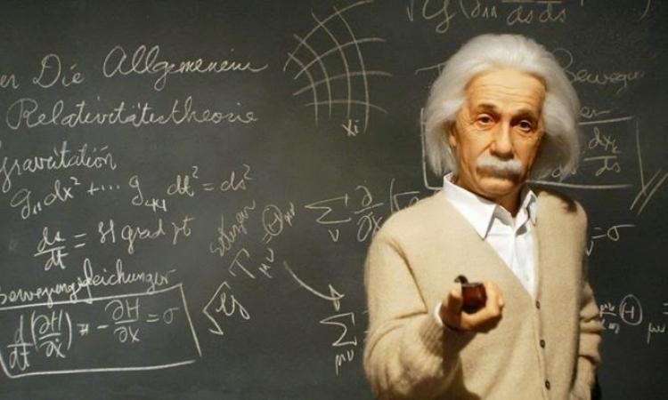 بالفيديو .. ألبرت آينشتاين مع عائلته وأصدقائه