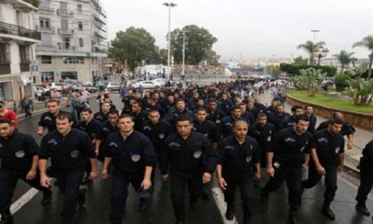 احتجاجات رجال الشرطة بالجزائر تتسع وتصل رئاسة الجمهورية