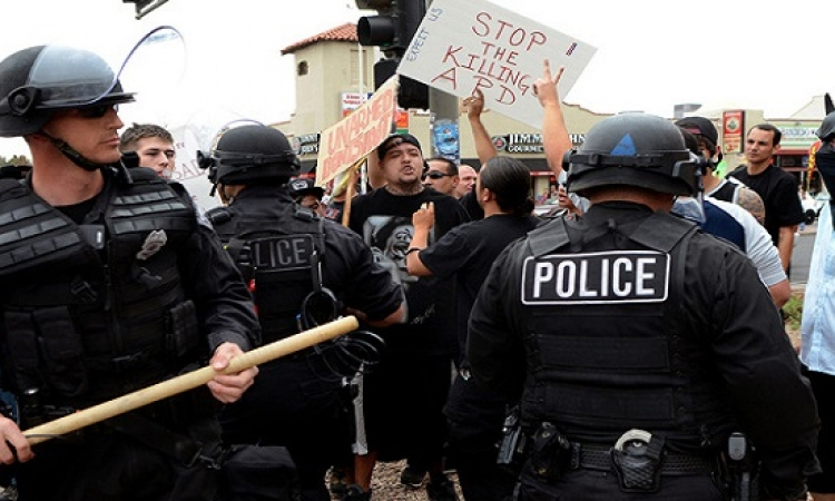 اشتباكات بين الشرطة الأمريكية ومحتجين بعد مقتل شاب أسود في ميزوري