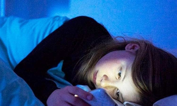 الضوء الأزرق المنبعث من الهواتف الذكية يؤدي لزيادة الوزن