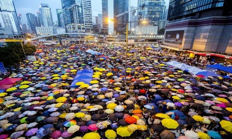 """من مظاهرات إلى لوحة فنية .. احتجاجات هونج كونج تغطيها """"المظلات"""""""