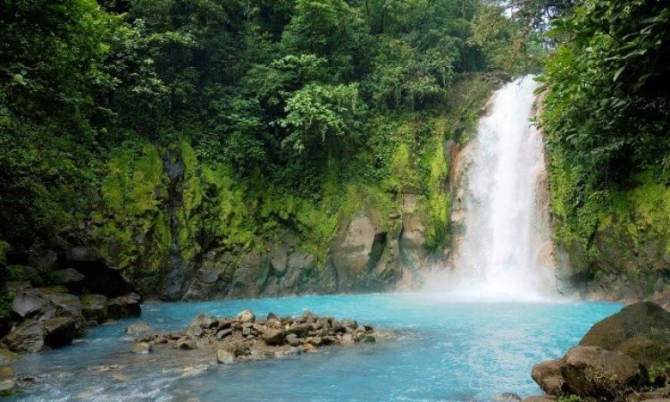 بالصور .. اكتشف سر اللون الفيروزي في نهر حديقة تينوريو بكوستاريكا