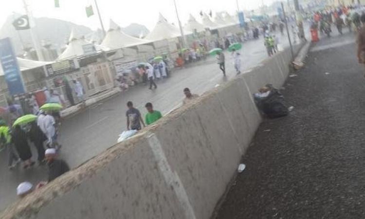 بالصور.. بعد هطول الامطار علي مني انهيار صخري يؤدي الي إصابة 14 حاج