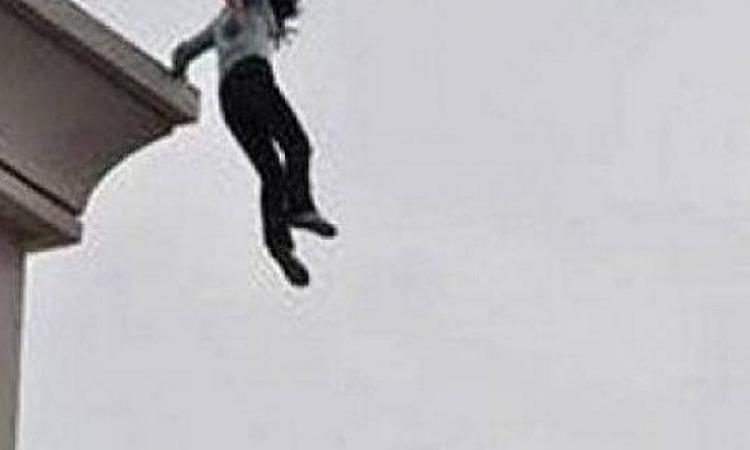 فيديو مروع .. فتاة تنتحر من فوق عمارة وسط ذهول المارة