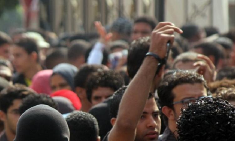 قفز طلاب حلوان أسوار الجامعة للهروب من التكدس الشديد على بوابات الجامعة
