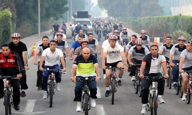 وزير الدفاع يشارك طلبة الكلية الحربية بماراثون الدراجات