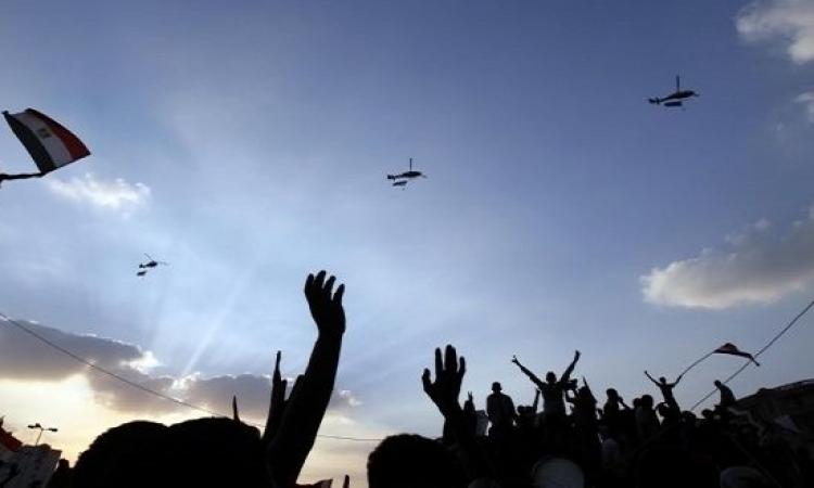 طائرات الجيش تلقى الهدايا على المواطنين بميدان التحرير