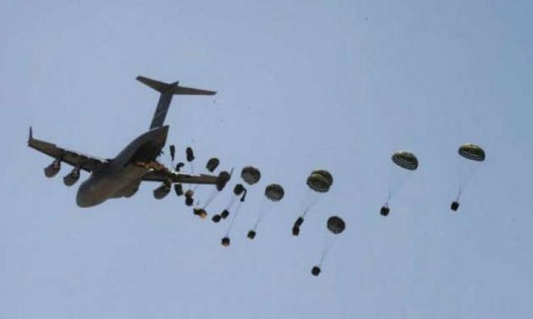 فيديو .. داعش يلتقط أسلحة ألقيت بالطائرة لأكراد كوباني