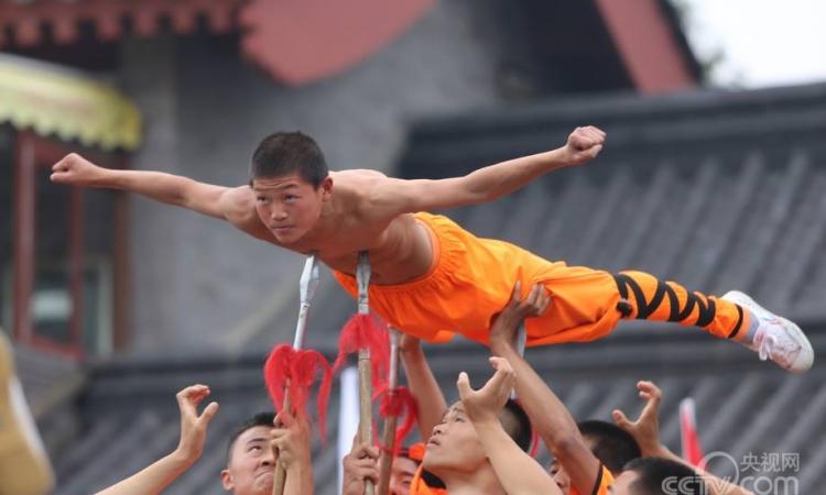 """بالصور .. شاهد """"كونغ فو شاولين"""" حقيقيين بمقاطعة خهنان الصينية"""