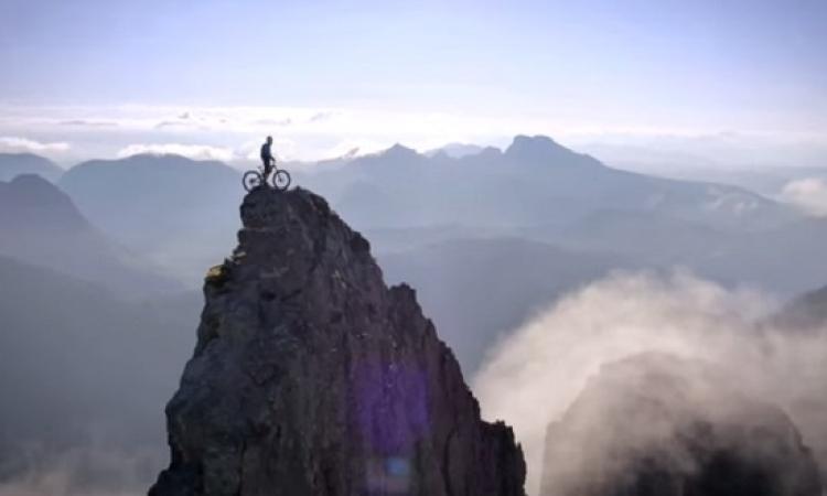 بالفيديو .. مغامر يتحدى جبل بدراجته يحقق 4 ملايين مشاهدة فى يومين