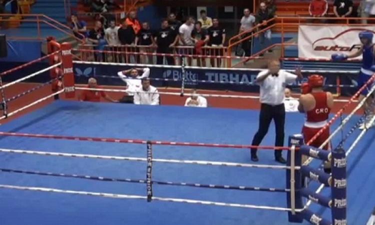 بالفيديو .. ملاكم خاسر ينهال على الحكم ضرباً